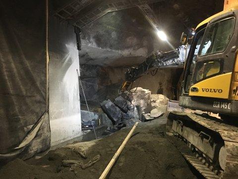 STORE ARBEIDER: Masser tilsvarende volumet av 300 elefanter skal ut av tunnelen.
