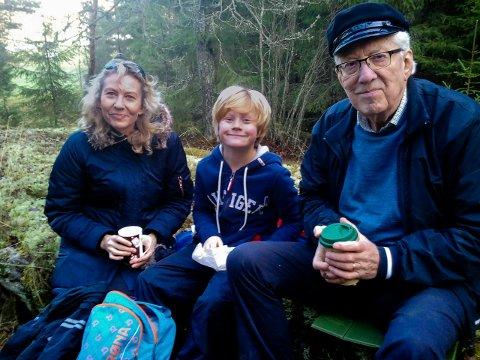 FAMILIE: Kristin Marie Hauge sammen med sønnen Haakon Johannes og faren Ivar Johannes Hauge. Haakon Johannes er oppkalt etter sin morfar.