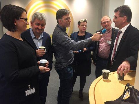NEI TIL VIKEN: Siv H. Jacobsen (bak i midten) fra Moss var med i delegasjonen som foreslo å møtes på halvveien og dele Viken i to.
