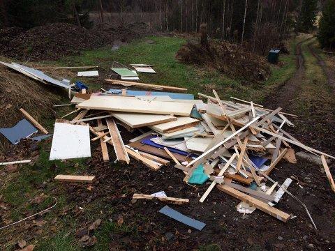 SØPPEL: Noen har dumpet store mengder avfall på eiendommen til Ole Paulshus.