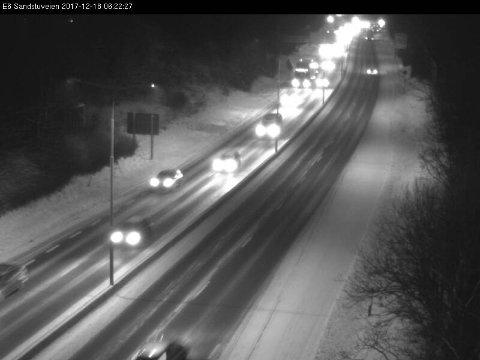 Glatte veier: Det advares mot glatte veier i morgentimene, ellers er det ikke meldt om store hendelser i trafikken mandag morgen. Bildet er fra E6 ved Ryen ved 06:30-tiden.