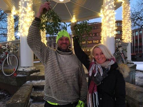 SJEKKESTED: Anleggsgartner Sven Melby og daglig leder i Moss i Sentrum Kristin Utakleiv sørger for at paviljongen blir enda mer romantisk i jula.