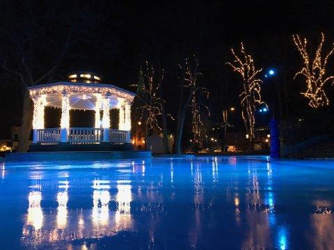 Skøyteisen i Kirkeparken tåler imponerende 10 plussgrader. Her fra torsdag kveld.