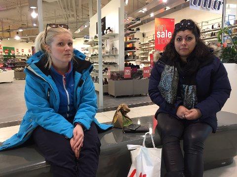 Martine Nilsen (til venstre) og Julie Skogstad sier de ikke har fått noen informasjon om hvorfor politiet er bevæpnet, og sier de ikke tør gå ut av senteret.