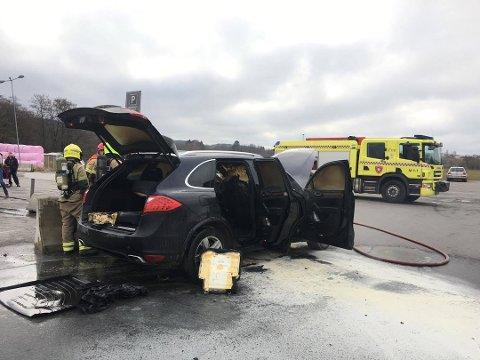 Porschen er fullstendig utbrent innvendig, og brannen ble raskt slukket.