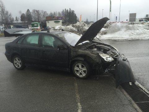 TRØKK: Bilen skal ha fått store skader etter et sammenstøt med en betongblokk på parkeringsdplassen sør for Holdbart.no.