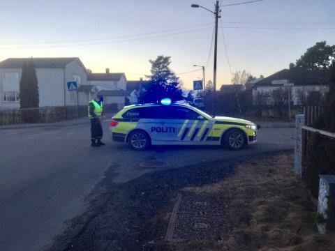 Politiet er i krysset Th. Kittelsesn gate/Ole Vigs gate på Jeløy etter at to biler kolliderte tirsdag kveld.