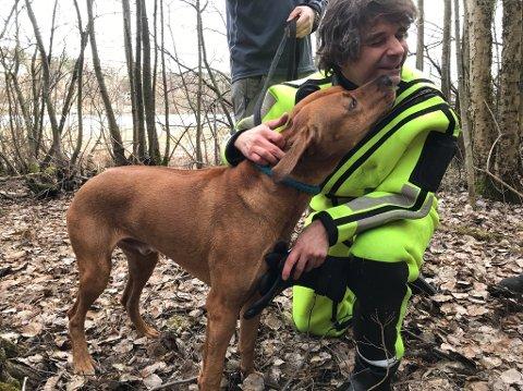 Det var en lykkelig hund som viste sin takknemlig til redningsmann og brannkonstabel Oscar Medel Agustin.