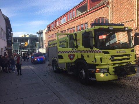 BESØK: Brannvesenet har i disse dager fokus på brannsikkerheten i kommunale boliger.