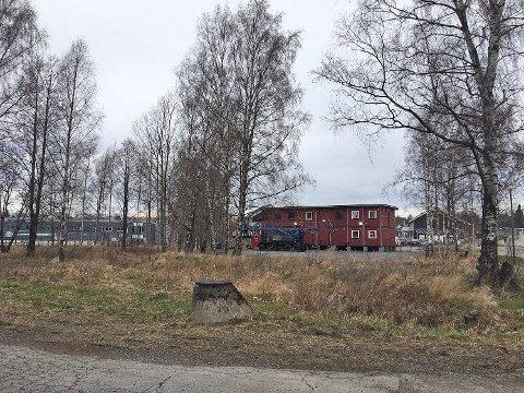 SELGER UNNA: Trysilhus selger nå denne 4,3 mål store tomten på Ørejordet. Tomten ligger langs Øreveien med Moss Ishall i bakkant.