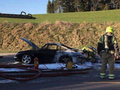 Brannmannskapen kunne ikke redde sportsbilen.