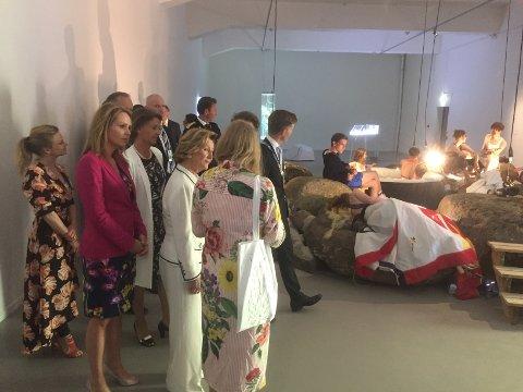 Fikk omvisning: Dronningen og hennes følge fikk full omvisning i Momentum kunsthall etter åpningen av den niende Momentum-biennalen. Her ser de på en performance.