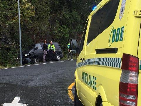 TRAFF STOLPE: En bil kjørte inn i en lyktestolpe på E18 før Tusenfryd tirsdag ettermiddag.