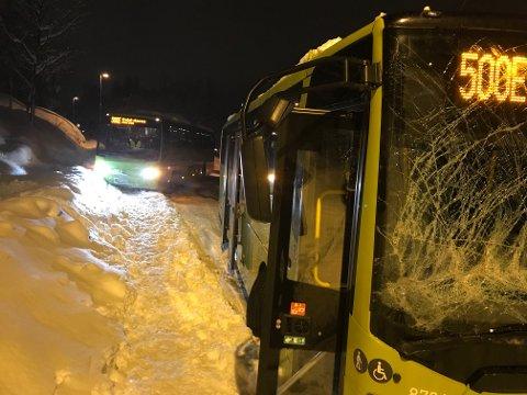 KAOTISK: Flere busser har kjørt ut i Ullerudbakken.