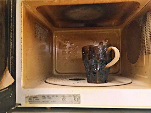 BRANNTILLØP: Denne koppen tålte ikke varmen i mikrobølgeovnen.