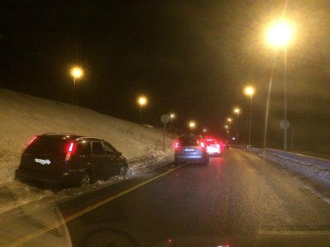 GLATT: En bil gikk i grøfta ved avkjøringen tfra E6 ved Nøstvettunnelen toradag morgen.