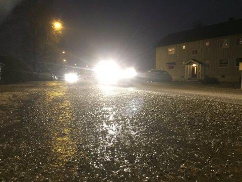 GLATT: Lørdag kveld skal det bli glatt på veiene. (Arkivfoto)