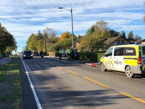 KJØRTE AV VEIEN: En personbil kjørte av veien og traff både en hekk og et gjerde før bilen stoppet.