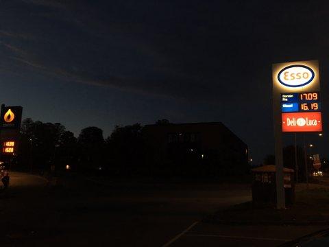 HØYE PRISER: Fredag kveld var drivstoffprisene følgende på Esso og Statoil i Moss sentrum.