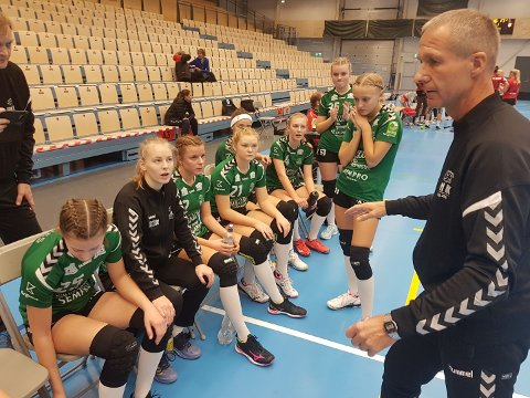 Nære på: Son HKs jenter 16-lag tapte knepent i begge sine to oppgjør i Molde. Her ser vi trener, Erling Thorsen og jentene i en time-out