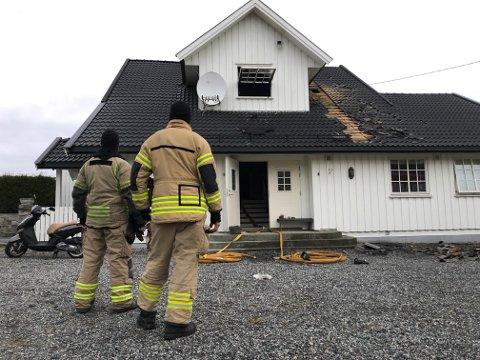 ETTERSLUKKING: Brannvesenet jobbet fremdeles på branntomta da Moss Avis var på stedet ved 08:00-tiden torsdag morgen.