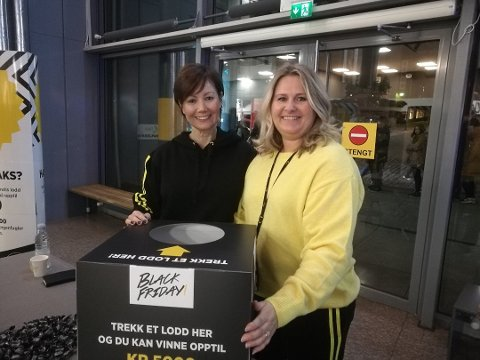 FORNØYD: Senterleder Lise Lunde Abrahamsen og markedskoordinator Hege Myhre tok imot dagens første kunder.