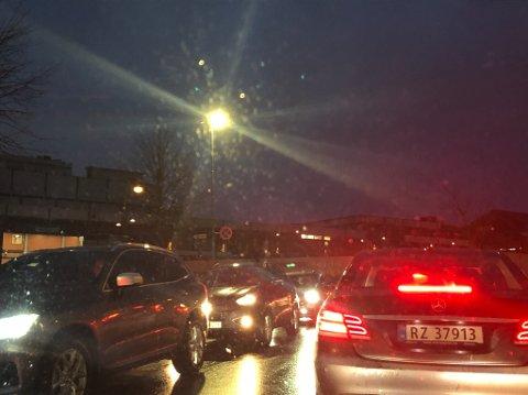Du må smøre deg med tålmodighet i mossetrafikken i dag. Torsdag ettermiddag står trafikken i begge retninger i hele sentrum.