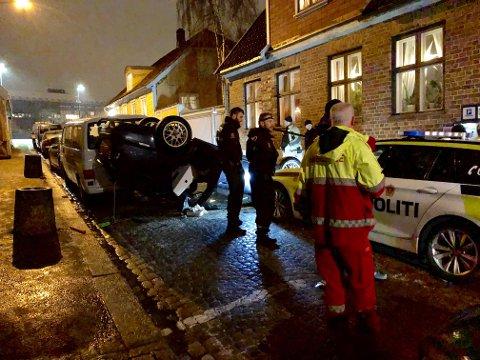 PÅ TAKET: Etter en kort politijakt havnet en bil på taket i starten av Værlegata torsdag kveld. De to mennene i bilen ble pågrepet og er mistenkt for å ha stått bak et tyveriraid.