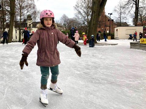 STOLT: Med nye kunstløp-skøyter på bena storkoste Emmeli seg i Kirkeparken 2. juledag.