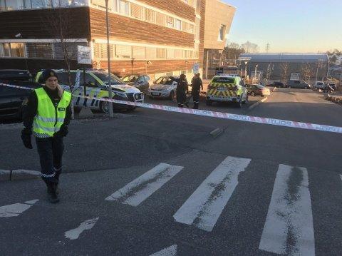SPERRET AV: Politihuset i Ski er sperret av etter funn av mistenkelig gjenstand. Bombegruppa skal være på plass.