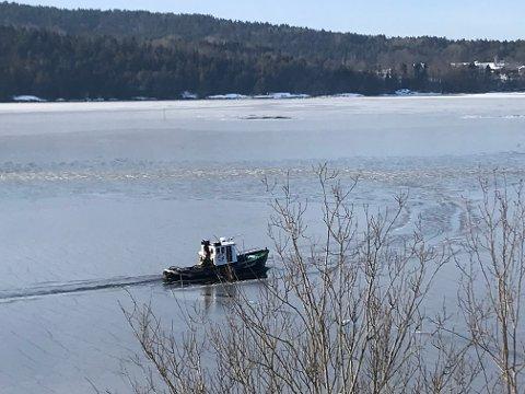 Vannprøver: Emil tar vannprøver i farvannet utenfor kyststripa ved Molbekktjernet. Fylkesmannen har pålagt Bane Nor strenge utslippskrav.