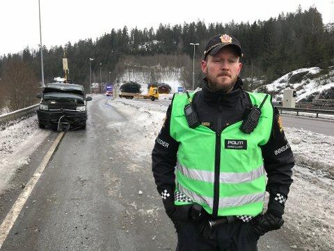GLATT: Innsatsleder Thomas West Johnsen forteller om svært glatte kjøreforhold. Foto: Ole Jonny Johansen