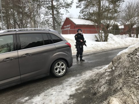 VAKT: Politiet holdt vakt foran Trollberget barnehage under politiaksjonen.