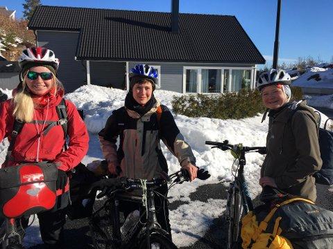 LANGTUR: Snart er det påskeferie. Men først skal de tre jentene sykle 340 km. Fv: Maria Strøm, Frida Loktu og Frøya Carlsen.