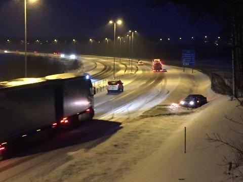 UTFORKJØRING: Personbilen kjørte av E6 og i grøfta ved Årvoldkrysset. En stund så det skummelt ut da trafikk suste forbi på den glatte motorveien mens det var personer inni bilen.