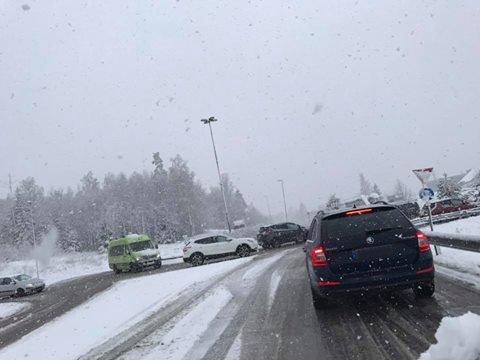 TUNG SNØ: Nedbør og temperatur rundt null betyr tung snø og kanskje sludd på søndag.