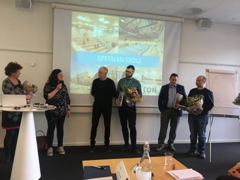 STOLTE: Delegasjonen fra Råde kommune tok i mot den gjeve prisen onsdag.