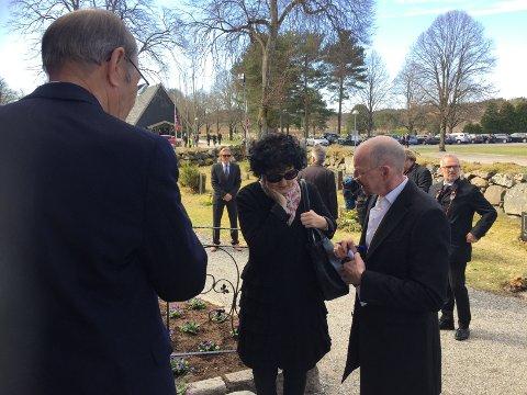 I BEGRAVELSEN: Unni Lindell er en av mange forfatterkolleger som kom til Rygge kirke for å delta i Jon Michelets begravelse