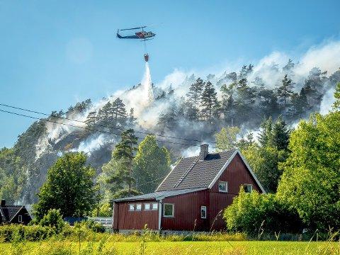 ØKT BEREDSKAP: Flere skogbrannhelikoptre er i beredskap denne helgen. Her fra skogbrannen ved Eidet i Sarpsborg i fjor.