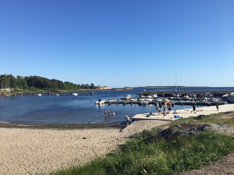 SOL OG SOMMER: Med rundt 27 grader tirsdag er det muligheter for en strandtur igjen.