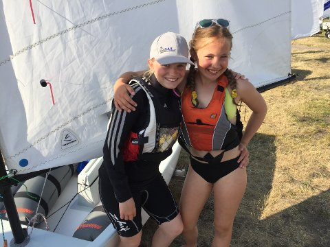 TIL NORDISK: Sara Syrrist (t.h.) fra Moss og Hanne Birkeland fra Son skal seile nordisk mesterskap i optimist i månedsskiftet juli/august.