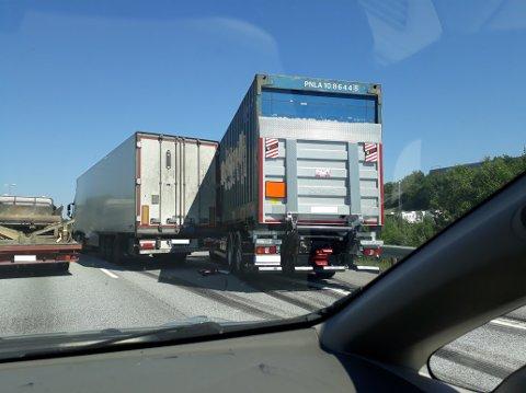 KOLLISJON: Et vogntog kjørte inn i vogntoget foran da dette stanset for en putebil.
