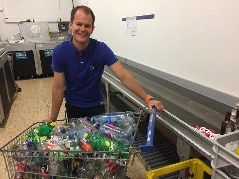 HISTORIE: Det var her alt startet, blant tomflaskene på bakrommet. Nå, 10 år etter, er Knut-Herman Andreassen kjøpmann med ansvar for egen butikk.