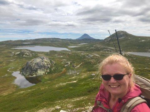INVITERER: Aina Kaupang inviterer Kos-ungdommene til tur på Hardangervidda. Her er hun med Gaustatoppen i bakgrunnen på mandag.