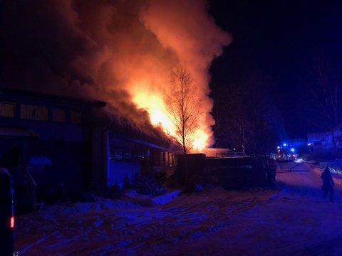 BRANN: Lagerlokalene i Brandstadveien 20 i Vestby, Hølen brenner kraftig.