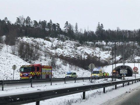 KJØRTE I MIDTRABATTEN: En bil kjørte inn i midtrabatten ved Eidetunnelen i Sarpsborg søndag formiddag.