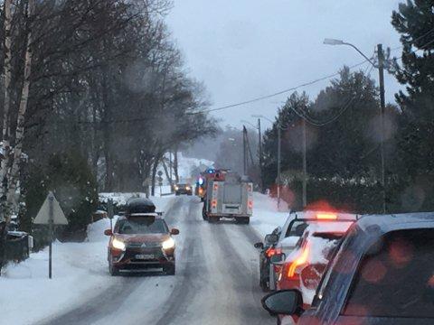 Veien ble stengt etter utforkjøringen ved Dilling stasjon mandag ettermiddag.