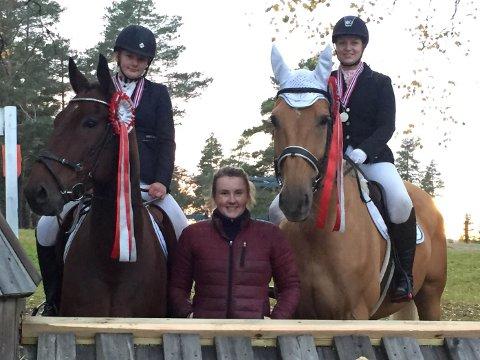 FORNØYD: (Fra venstre) Victoria Dilling med hesten VV'S Andantino, lagleder Camilla Olsen, og Merethe Osufsen med hesten Højvangs Magic Johnson etter premiesermonien.
