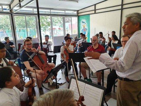 SPILLER I NEPAL: Anders Holmås fra Moss er på plass i Nepal sammen med musikerne Eivind Rossbach Heier, Ole Rasmus Bjerke og Einar Heier for å øve til konsertene de skal spille.