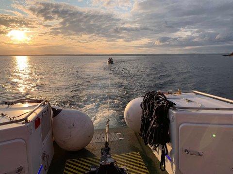 Redningsskøyta Elias har fått noen oppdrag i høstferien og fikk i dag hjulpet både en havarert jolle og seilbåt. SVEIP for flere bilder.